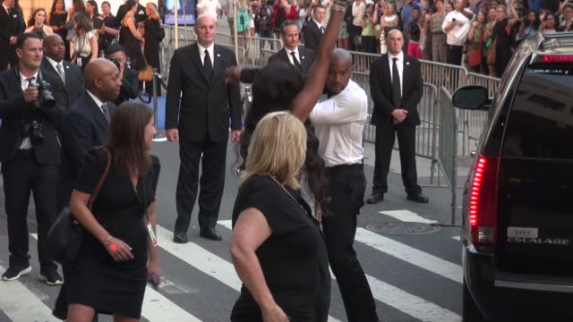 stockvideo's en b-roll-footage met naomi campbell arrives at the 2014 cfda fashion awards at alice tully hall lincoln center on june 02 2014 in new york city - naomi campbell