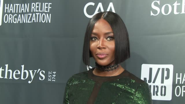 stockvideo's en b-roll-footage met naomi campbell at sean penn friends haiti takes root benefit dinner auction supporting j/p haitian relief organization at sotheby's on may 05 2017 in... - naomi campbell