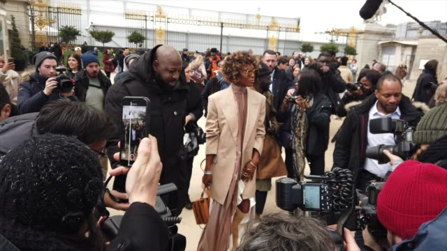 stockvideo's en b-roll-footage met naomi campbell is seen outside louis vuitton during paris fashion week menswear f/w 20192020 on january 17 2019 in paris france - week