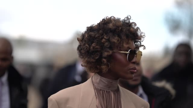stockvideo's en b-roll-footage met naomi campbell is seen outside louis vuitton during paris fashion week menswear f/w 20192020 on january 17 2019 in paris france - louis vuitton modelabel