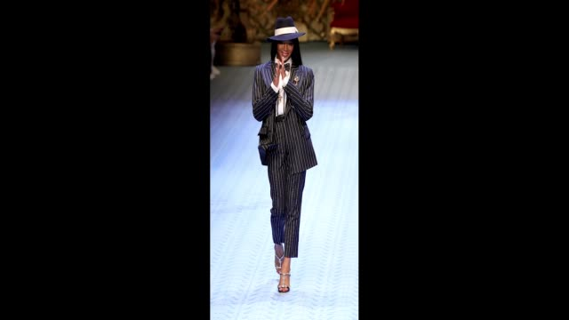 stockvideo's en b-roll-footage met naomi campbell walks the runway at the dolce gabbana show during milan men's fashion week spring/summer 2019 on june 16 2018 in milan italy - week