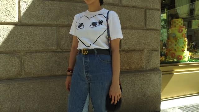 Naomi Fracassi wearing a Comme Des Garcons shirt RE/DONE Levi´s jeans Gucci belt Proenza Schouler shoes Céline sunglasses Vivienne Westwood bag and...