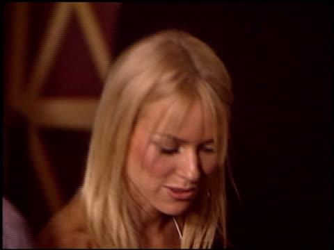 vídeos y material grabado en eventos de stock de naomi watts at the 'i heart huckabees' premiere at the grove in los angeles california on september 22 2004 - the grove los angeles