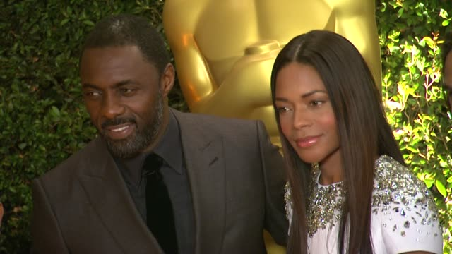 vídeos de stock, filmes e b-roll de naomie harris, idris elba at academy of motion picture arts and sciences' governors awards in hollywood, ca, on . - academy of motion picture arts and sciences