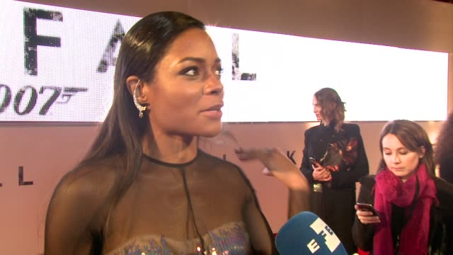 vídeos de stock e filmes b-roll de naomie harris on being a different bond girl, how she approached the role, what audiences can expect at 'skyfall' royal world premiere at royal... - james bond fictional character