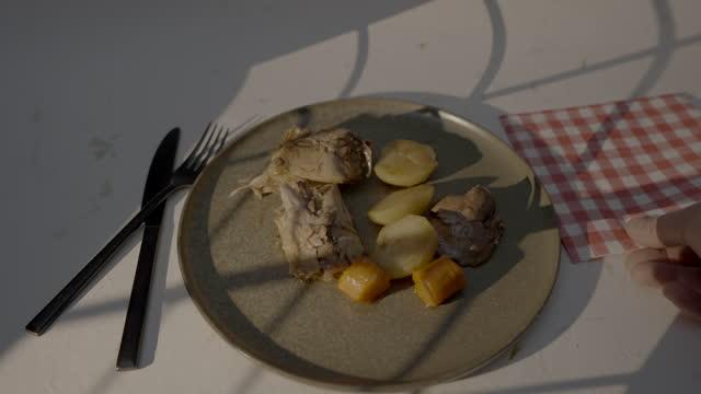 stockvideo's en b-roll-footage met napkin and rabbit dish - tafelmanieren