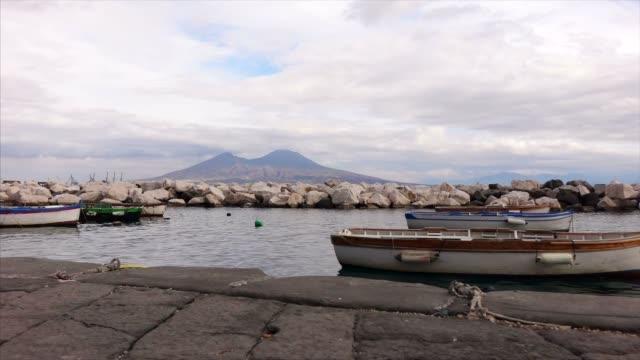 Naples-Ufer mit Felsen und Boote