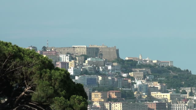 napoli, italia: castel sant'di elmo, città, bay harbor - castello video stock e b–roll