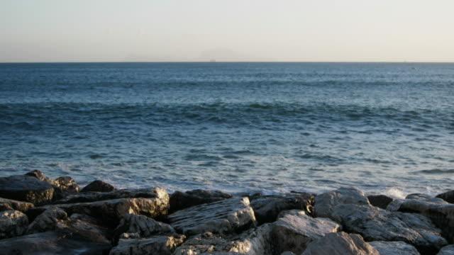 ナポリ海辺、波が岩に衝突 - ナポリ点の映像素材/bロール