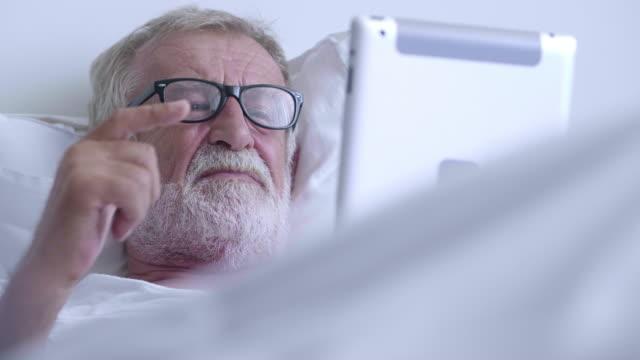vídeos de stock, filmes e b-roll de napping com tabuleta - avô