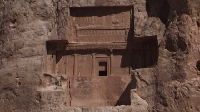 naqshe rustam lowangle mcu view of the tomb of achaemenid king darius ii at the necropolis of naqshe rustam in fars province - parete rocciosa video stock e b–roll