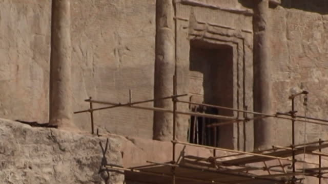 naqsh-e rustam. low-angle view of the entrance to the tomb of achaemenid king darius i at the necropolis of naqsh-e rustam in fars province. - felswand stock-videos und b-roll-filmmaterial