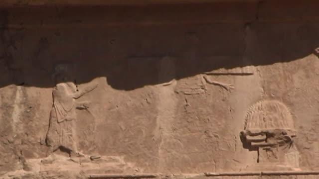 naqshe rustam lowangle view of the top register of the tomb of achaemenid king darius ii at the necropolis of naqshe rustam in fars province - parete rocciosa video stock e b–roll