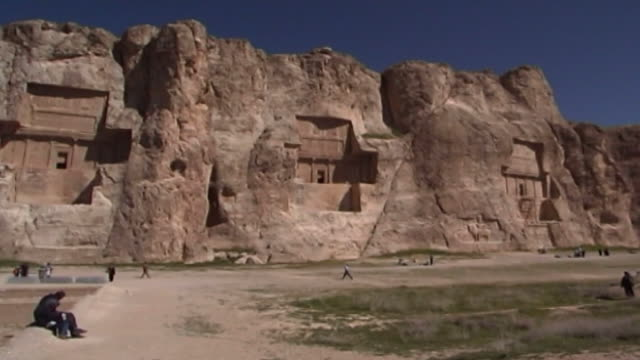 naqsh-e rustam. wide pan-right of the achaemenid and sasanian necropolis showing the rock-cut tombs of darius-ii, artaxerxes i, darius i and xerxes i. - felswand stock-videos und b-roll-filmmaterial