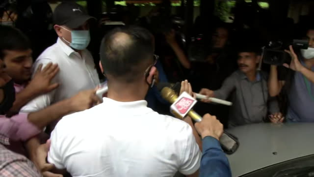 vídeos y material grabado en eventos de stock de narcotics control bureau officer k.p.s. malhotra reaches rhea chakraborty residence where raids were being conducted to probe the drug link to the... - eslabón
