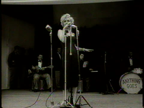 vidéos et rushes de narrated / 1954 newsreel /thousands of marines gather to see marilyn monroe / marilyn stands on stage in a strappy dress in front of microphone with... - coréen