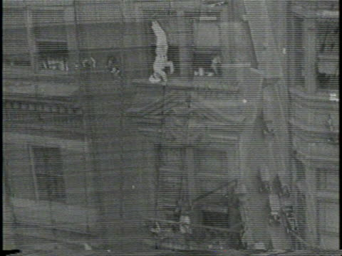 vídeos y material grabado en eventos de stock de narrated / wide shot of al ritchie climbs a scaffolding on building under construction / shot from above onlookers and traffic on street below / wide... - escalada libre
