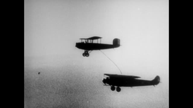 vidéos et rushes de narrator discusses general carl tooey spaatz and lieutenant general ira c eaker flying for seven days straight / general carl tooey spaatz in 1953... - faire le plein d'essence