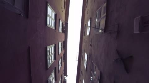 狭い路地探して - 路地点の映像素材/bロール