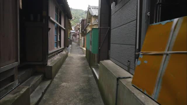 narrow alleys in the harbor area - 迷路点の映像素材/bロール
