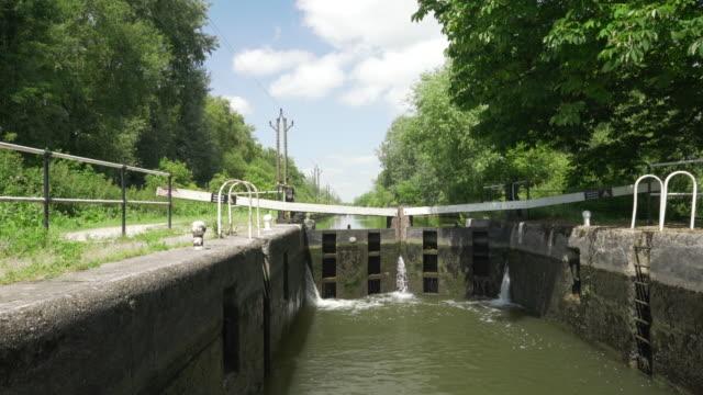 a narrow boat passing through a lock in the lea valley - chiusa di fiume video stock e b–roll