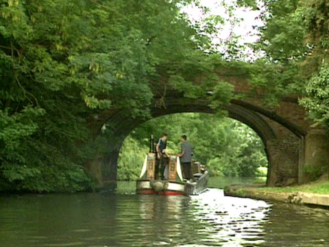 vidéos et rushes de a narrow boat travels along a canal uk 2000 - étroit