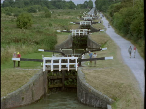 narrow boats pass through lock gates caen hill wiltshire - wiltshire stock videos & royalty-free footage