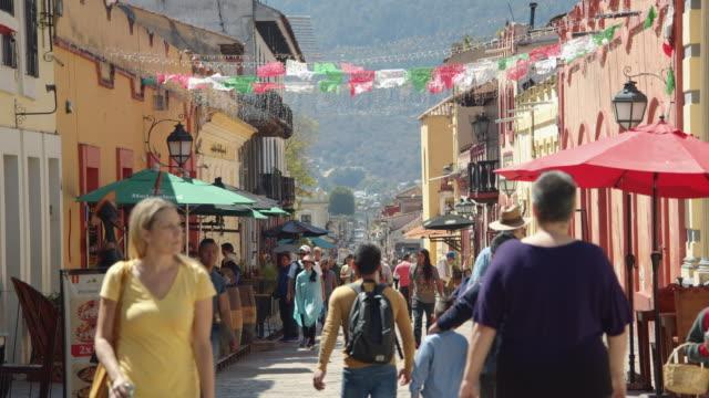 a narrow crowded pedestrian street in downtown san cristobal de las casas, chiapas, mexico - chiapas stock-videos und b-roll-filmmaterial