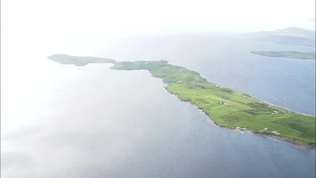 細い半島に dunkineelyの -航空写真-アルスター、ドニゴール、アイルランド - アルスター州点の映像素材/bロール