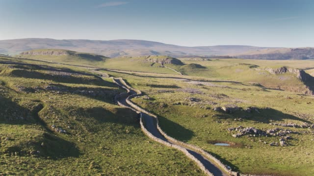 Smalle weg in Yorkshire Dales - Drone Shot
