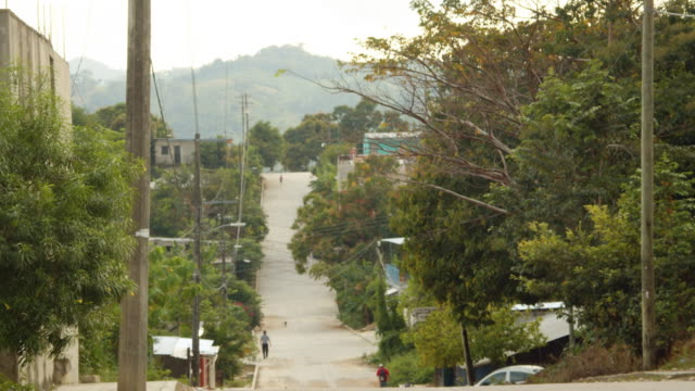vídeos de stock e filmes b-roll de narrow rural road leading to the mountains in a village, palenque, mexico - palenque