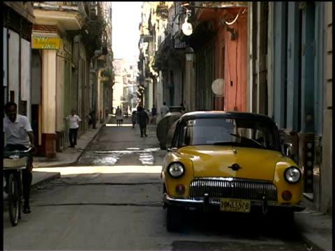 stockvideo's en b-roll-footage met ms, narrow street, havana, cuba  - onbekend geslacht
