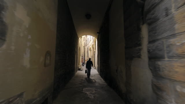 narrow street in florence, italy - 中世点の映像素材/bロール