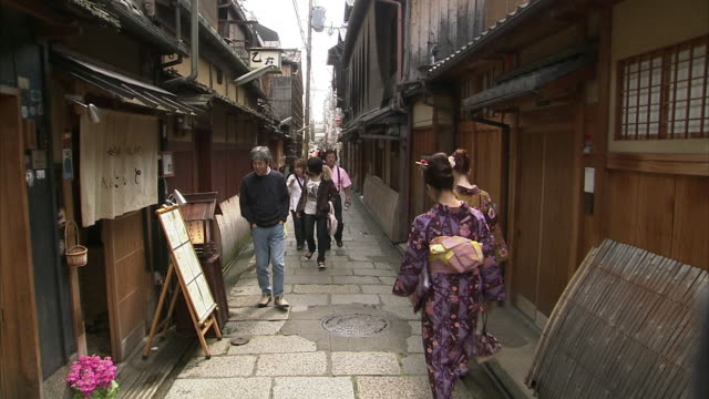 ms narrow street in gion, kyoto, japan - gion stock videos and b-roll footage