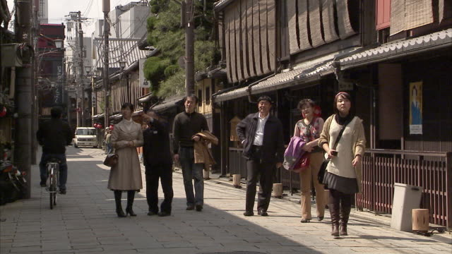 ws ds narrow street in gion, kyoto, japan - gion stock videos and b-roll footage