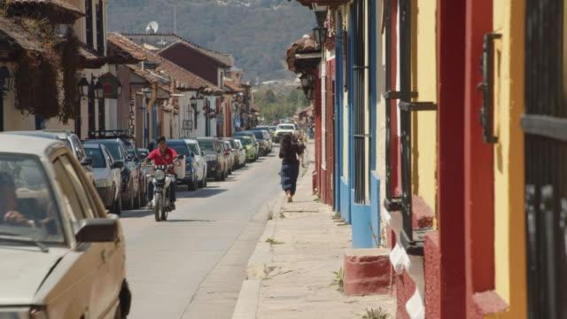 vídeos de stock e filmes b-roll de narrow street lined with colonial-style houses in san cristobal de las casas, chiapas, mexico - chiapas