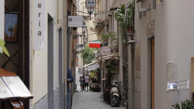 narrow street, sorrento, costiera amalfitana (amalfi coast), unesco world heritage site, campania, italy, europe - dolly shot点の映像素材/bロール