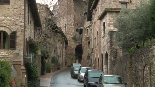 wgn narrow streets of italian city assisi on nov 18 2016 - ペルージャ市点の映像素材/bロール