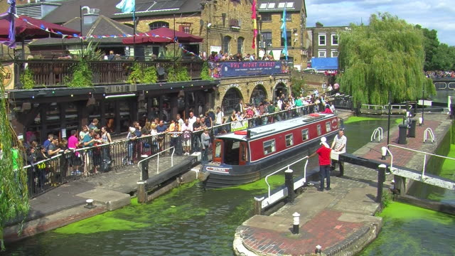 narrowboat at camden lock in london - 運河点の映像素材/bロール