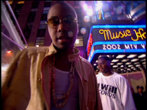 nas arriving at the arriving to the 2002 mtv video music awards red carpet - nas rapper stock videos and b-roll footage
