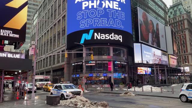 nasdaq times square billboard regarding covid-19 alert app. views in times square of the nasdaq marketsite, morgan stanley headquarters and unveiling... - ナスダック点の映像素材/bロール