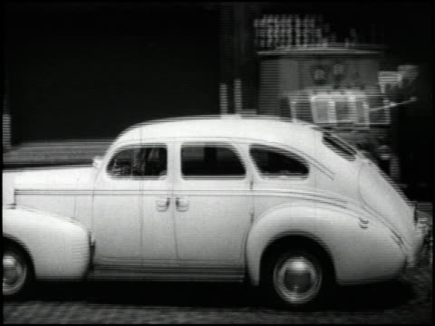/ nash explains its road noise dampening technology as cushions between the body and frame that soak up road noise / we see the 1940 nash driving... - fahrgestell stock-videos und b-roll-filmmaterial