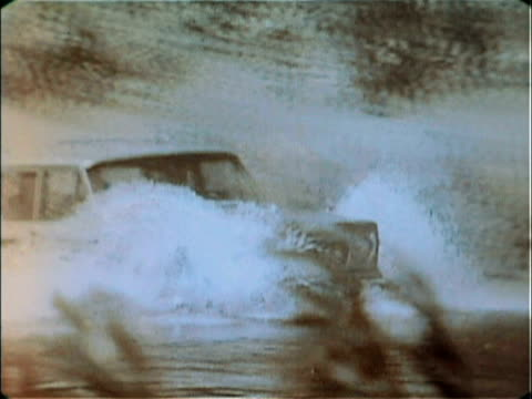 vidéos et rushes de nash metropolitan driving into a water trench / metropolitan plowing through trench / 1977 jeep wagoneer entering and driving through river / rear... - véhicule amphibie