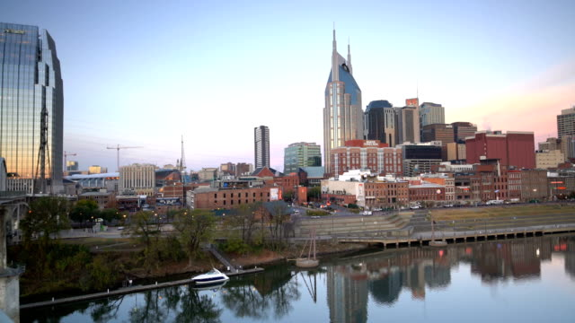 vídeos de stock e filmes b-roll de nashville, tennessee downtown skyline with cumberland river - tennessee
