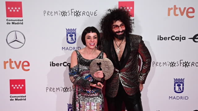 nata moreno and ara malikian pose in the press room after winning the best documentary film award for the movie 'una vida entre las cuerdas' during... - vida no mar stock videos & royalty-free footage