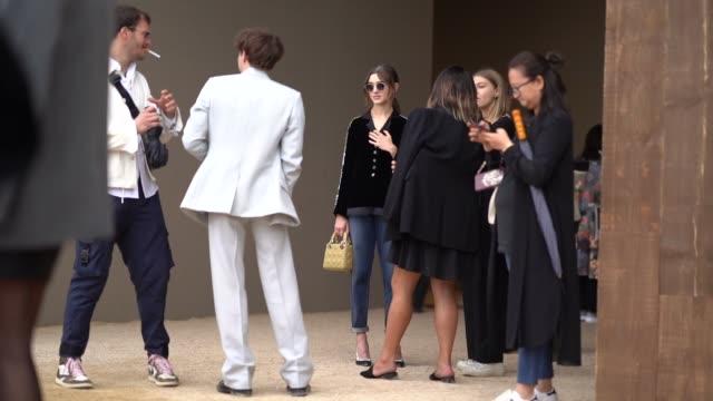 vídeos y material grabado en eventos de stock de natalia dyer and charlie heaton are seen, outside dior, during paris fashion week - womenswear spring summer 2020, on september 24, 2019 in paris,... - vestimenta para mujer