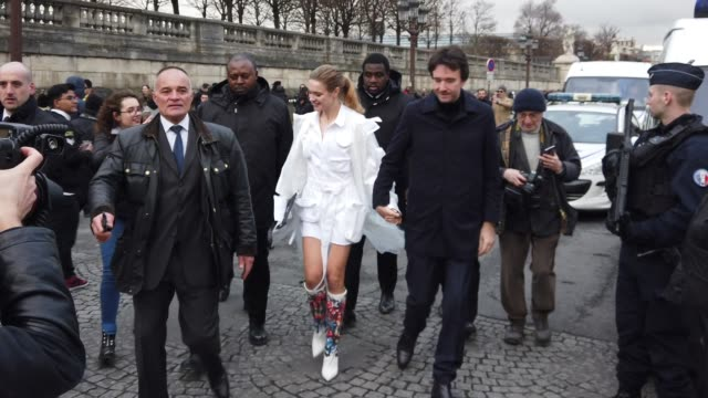 natalia vodianova and antoine arnault, outside louis vuitton, during paris fashion week - menswear f/w 2019-2020, on january 17, 2019 in paris,... - ブランド ルイヴィトン点の映像素材/bロール