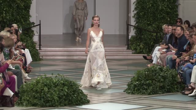 stockvideo's en b-roll-footage met natalia vodianova and fellow models on the runway for the tory burch spring summer 2020 fashion show in new york city new york city ny usa on sunday... - new york modeweek