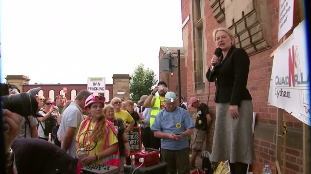 vídeos de stock, filmes e b-roll de natalie bennett speaks at antfracking protest in preston england lancashire preston ext antifracking protesters outside county hall natalie bennett... - lancashire