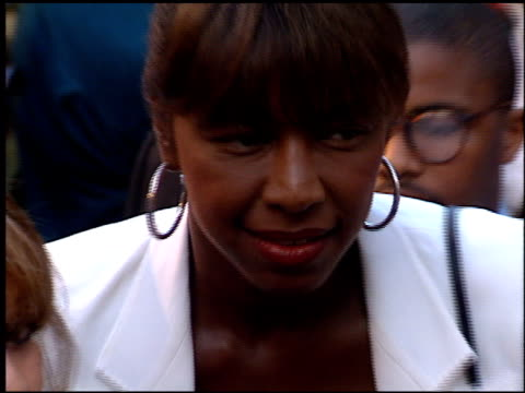stockvideo's en b-roll-footage met natalie cole at the 'beverly hills cop 3' premiere at grauman's chinese theatre in hollywood, california on may 22, 1994. - mann theaters